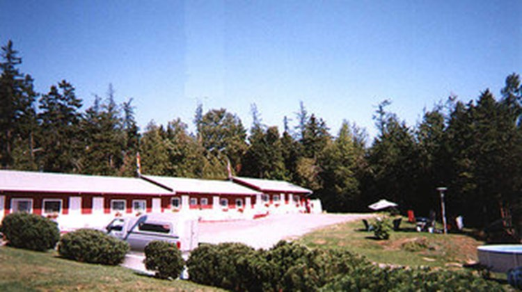 45th Parallel Motel Exterior
