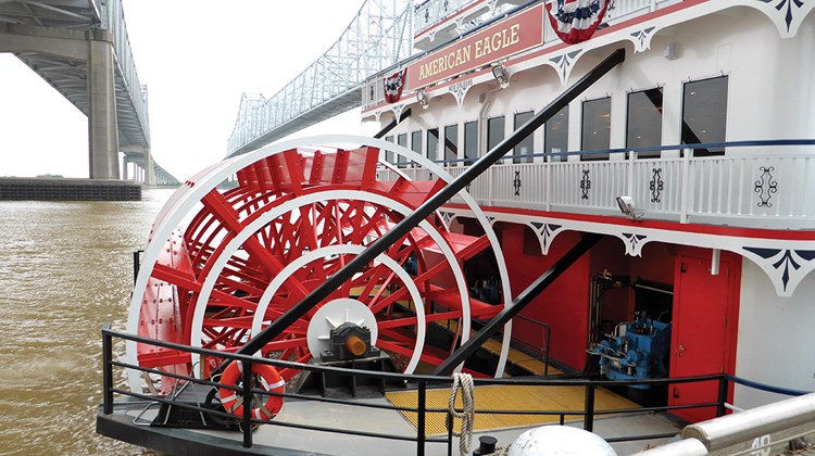 On Deck 4 aft, there is a large sunning space and below it on Deck 3 a selection of open-air cardio equipment overlooks the paddlewheel.