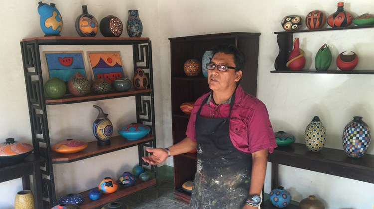 Artist Felipe Ortiz Bracamonte displays his art in Pacaya Lodge & Spa, where it is also available for purchase. Guests are also invited to take lessons in his studio in the town San Juan de Oriente, one of a string of &#39;&#39;los pueblos blancos&#39;&#39; (white villages) known for strong artisan traditions.<br /><br /><strong>Photo Credit: Arnie Weissmann</strong>
