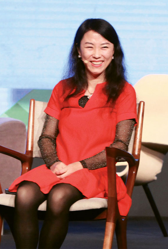 Jenny Wu, Ctrip's chief strategy officer, speaking at the Web in Travel conference, said the key strategy for the company is to bring offline customers online.