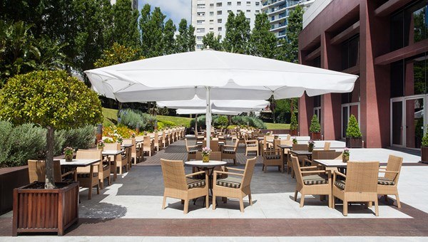 Sete Colinas offers indoor/outdoor dining with regional and international fare.