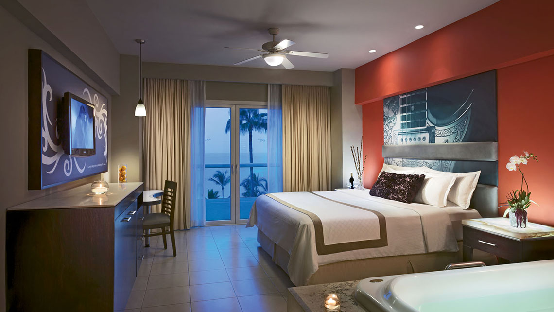 A Deluxe Platinum King guestroom. All rooms offer Bay of Banderas views, HDTVs and hydro spa tubs.
