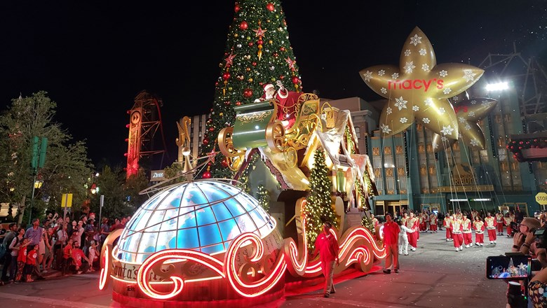 Universal Studios Christmas.Universal Orlando Gets Decked Out For The Holidays Travel