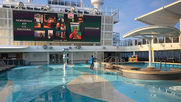The Joy's pool deck is a large open space. When the ship was in China, there was a garden with artificial grass and potted trees on the deck.