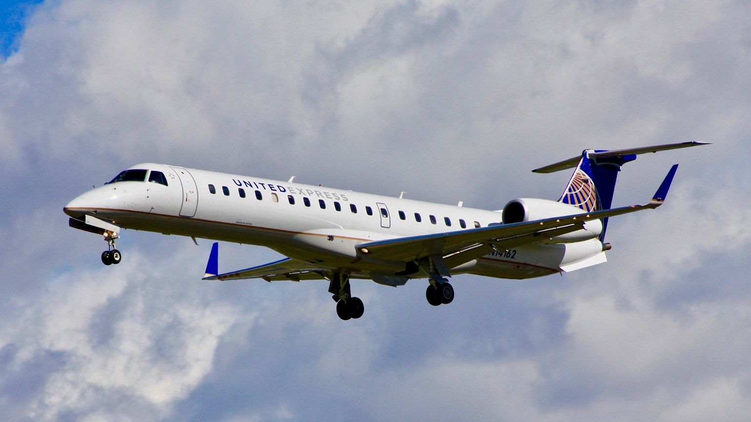 United buying minority stake in ExpressJet