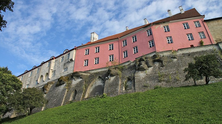 Houses on the heights of Toompea Hill (or Castle Hill), supported by very impressive embankments.