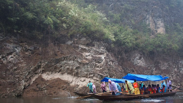Century Paragon passengers get taken on a sampan ride through the Shennong Stream, a Yangtze tributary.